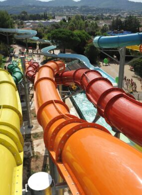 toboggans colorés du parc aquatique Aqualand