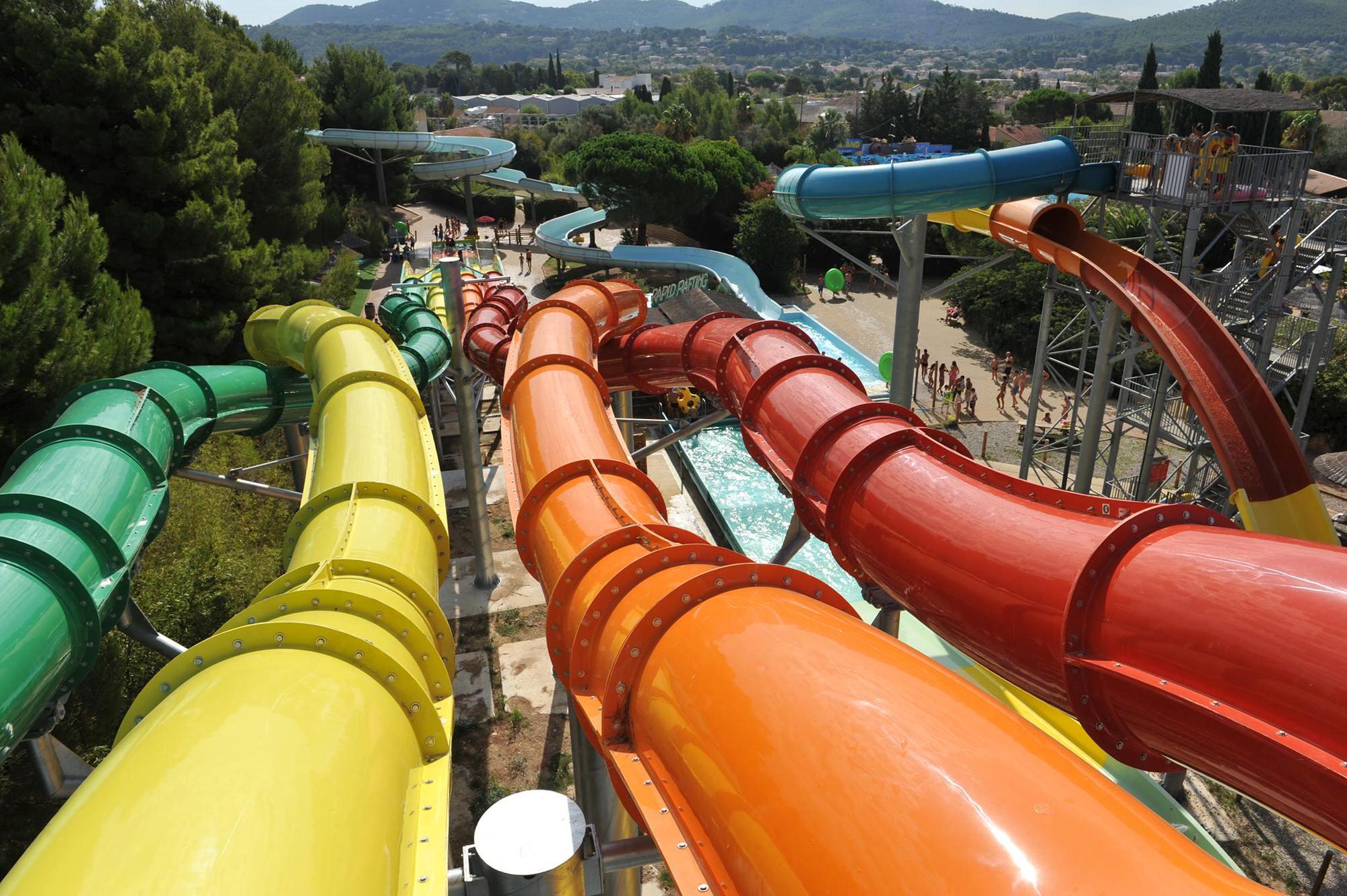 toboggans colorés du parc aquatique Aqualand