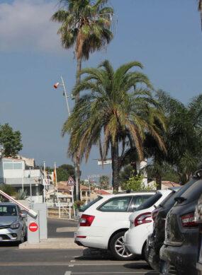 Voiture entrant dans un parking à Saint-Cyr-sur-Mer